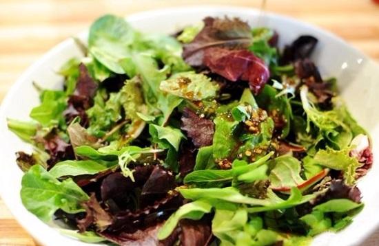 В овощную массу добавим ¾ части салатных листьев