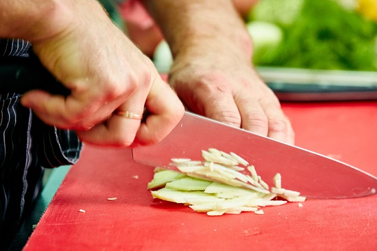 Режем яблоко тоненькими брусочками