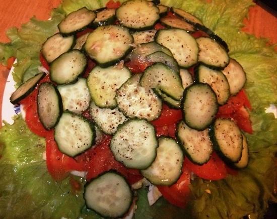 Оставим салатик на 5-10 минут, чтобы заправка хорошо пропитала