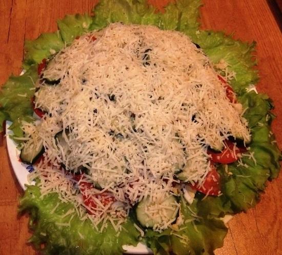Посыпаем сверху салат тертым сыром твердого сорта