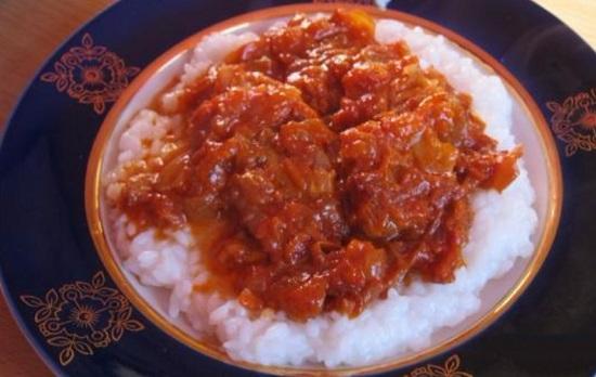 хек, запеченный с овощами под томатным соусом