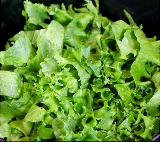 Салатные листья нашинкуем крупными кусками
