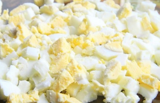 Измельчим яйца кубиками