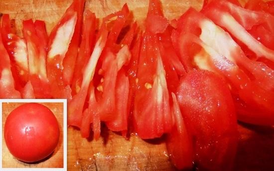 Нарезаем томаты равноценными пластинами