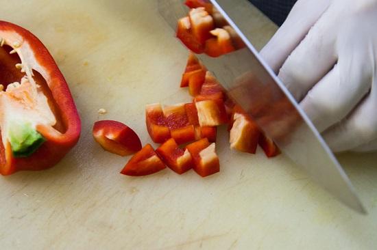 Перцы болгарские шинкуем кубиками