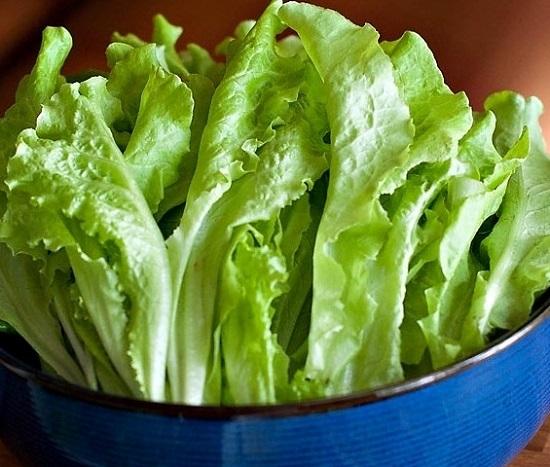 Промоем салатные листья и просушим их