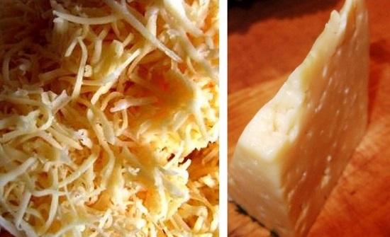 Сыр твердого сорта измельчаем на мелкой терке
