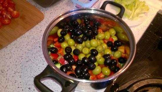 Измельчим маслины и оливки кольцами