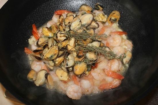 в сковороду выложим мидии и измельченный тимьян