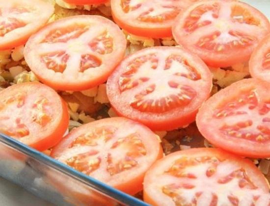 Затем выложим томаты