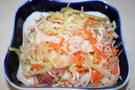 Выкладываем все овощи в салатницу и перемешиваем