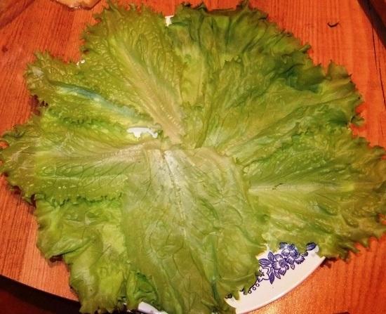 выкладываем цельные салатные листья