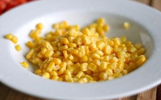 С кукурузы сольем сок и выложим ее в салатницу