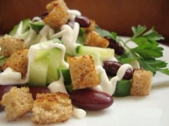 салат с гренками и фасолью