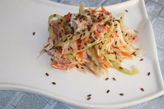 Сверху посыпаем салат льняными семенами