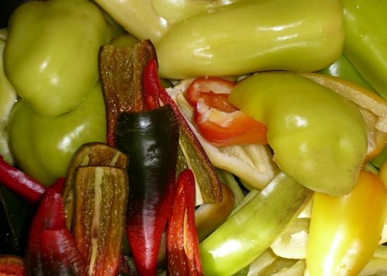 Острые и болгарские перцы нарезаем