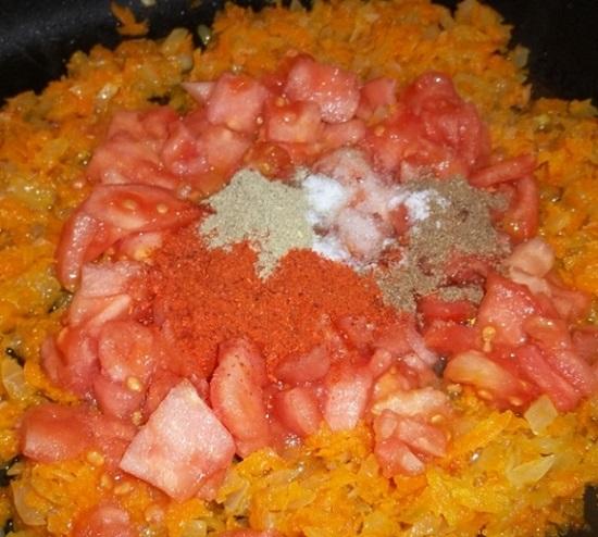 Лук и морковь соединяем с измельченными помидорами