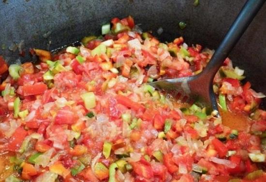 Выкладываем в казан помидоры и перцы