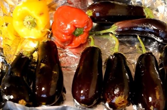 овощи тоже смажем маслом и выложим на противень