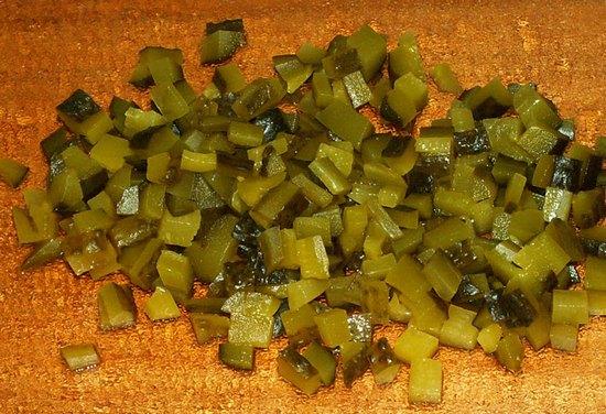 Огурцы нарезать соленые