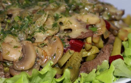 Теплый салат с курицей, грибами и маринованными огурцами