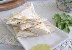 Холодные конвертики из лаваша с сыром