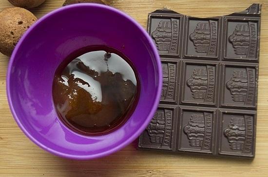 растопим темный шоколад и соединим его с жидким медом