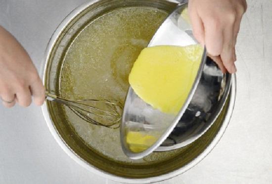 в бульон взбитые желтки