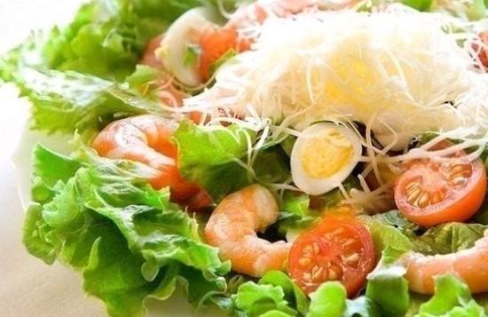 Салат с креветками, яйцами и помидорами