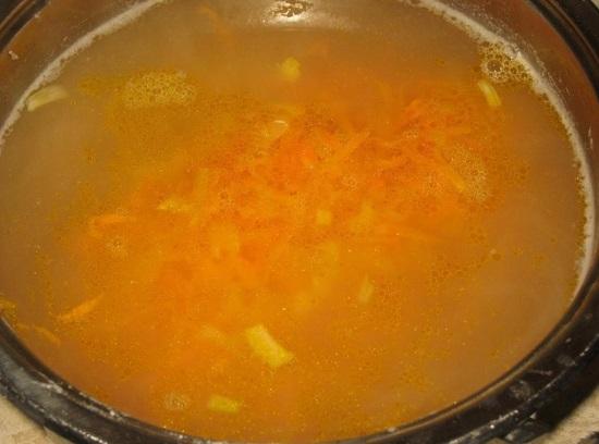 В суп отправляем приготовленную овощную поджарку