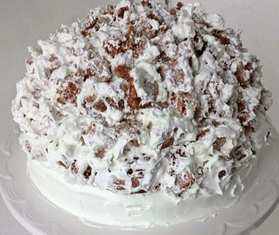 смазываем остатками крема тортик со всех сторон