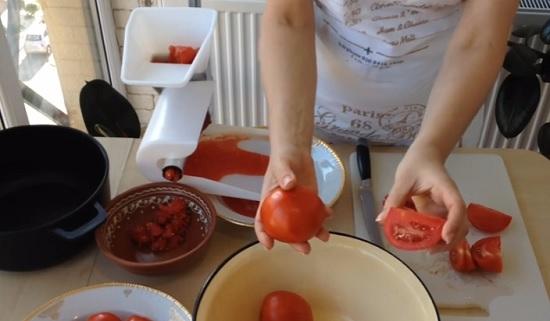 Разрезаем томаты на несколько частей