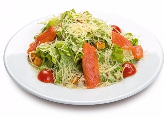 салат «Цезарь» с рыбой красной