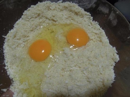 Добавляем к остальным ингредиентам яйца