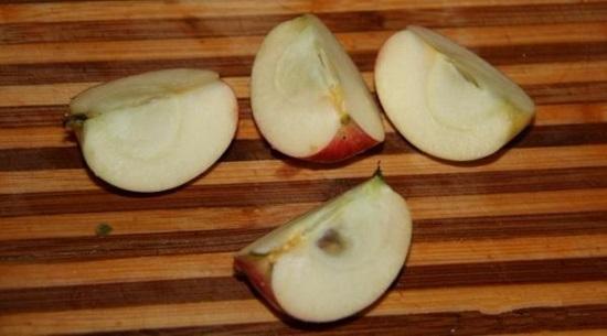 Разрезаем каждый плод на четыре равные части