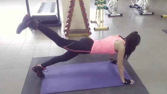 упражнение начинается с классической планки