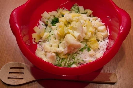 Добавляем картошку к остальным ингредиентам
