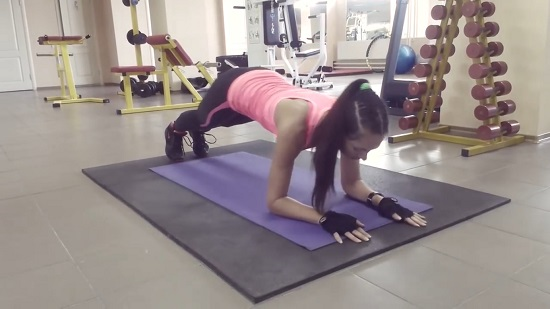 динамическая планка позволяет проработать мышцы пресса