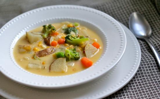 суп, приготовленный из овощей и сыра