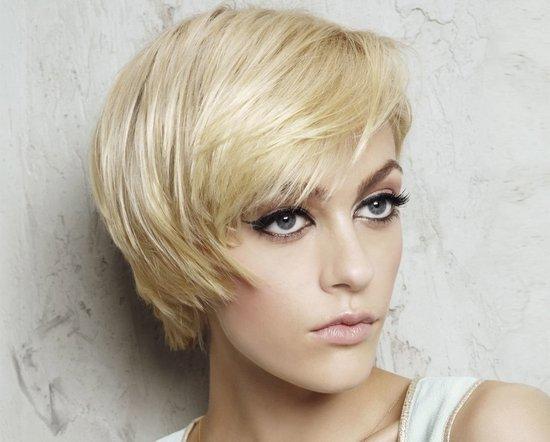 ассиметричные стрижки на короткие волосы с косым пробором