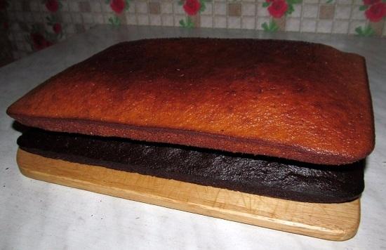 Аналогично готовим белый бисквит