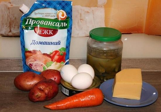 промоем сырой картофель в кожуре и морковь