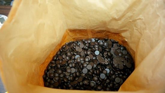 разделим плитку шоколада на кусочки