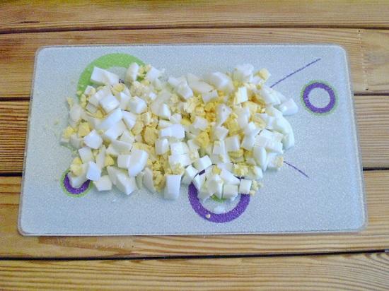 Яйца сварим вкрутую, потом очистим и нарежем