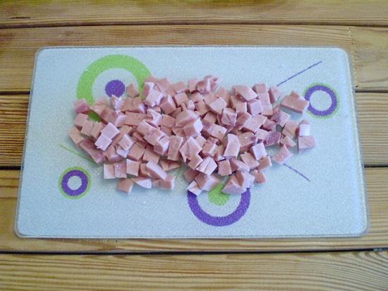 Колбасу нужно тоже нашинковать кубиками