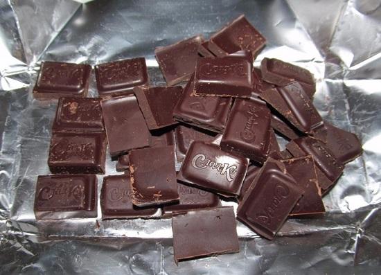 темного шоколада измельчаем кусочками