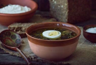 Зеленый суп со щавелем и яйцом, курицей: рецепты
