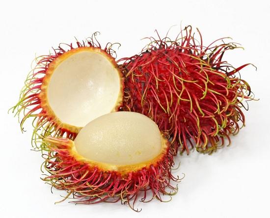 Плоды рамбутана по размеру похожи на сливы