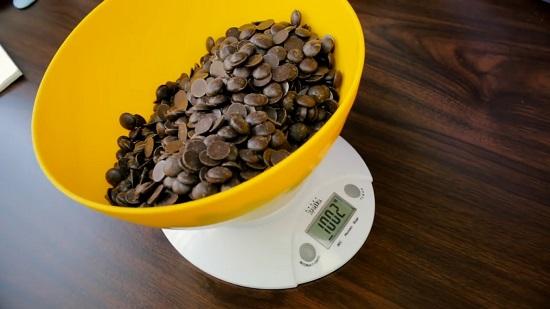 отмеряем необходимое количество шоколадной кондитерской глазури