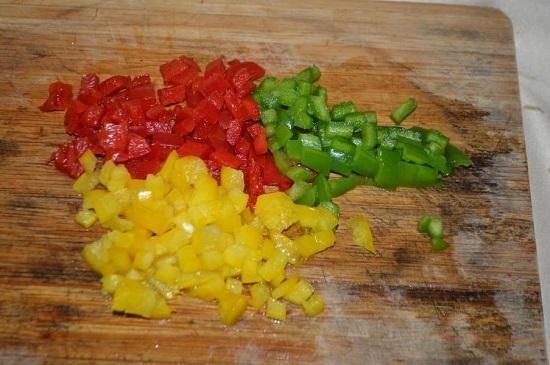 Сладкий болгарский перец, лучше разноцветный, очищаем